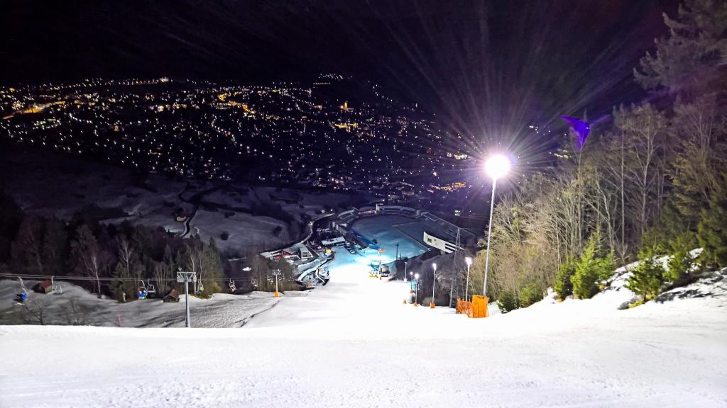Skifahren bei Flutlicht am Gudiberg – dem Slalomhang der Ski-WM von 2011